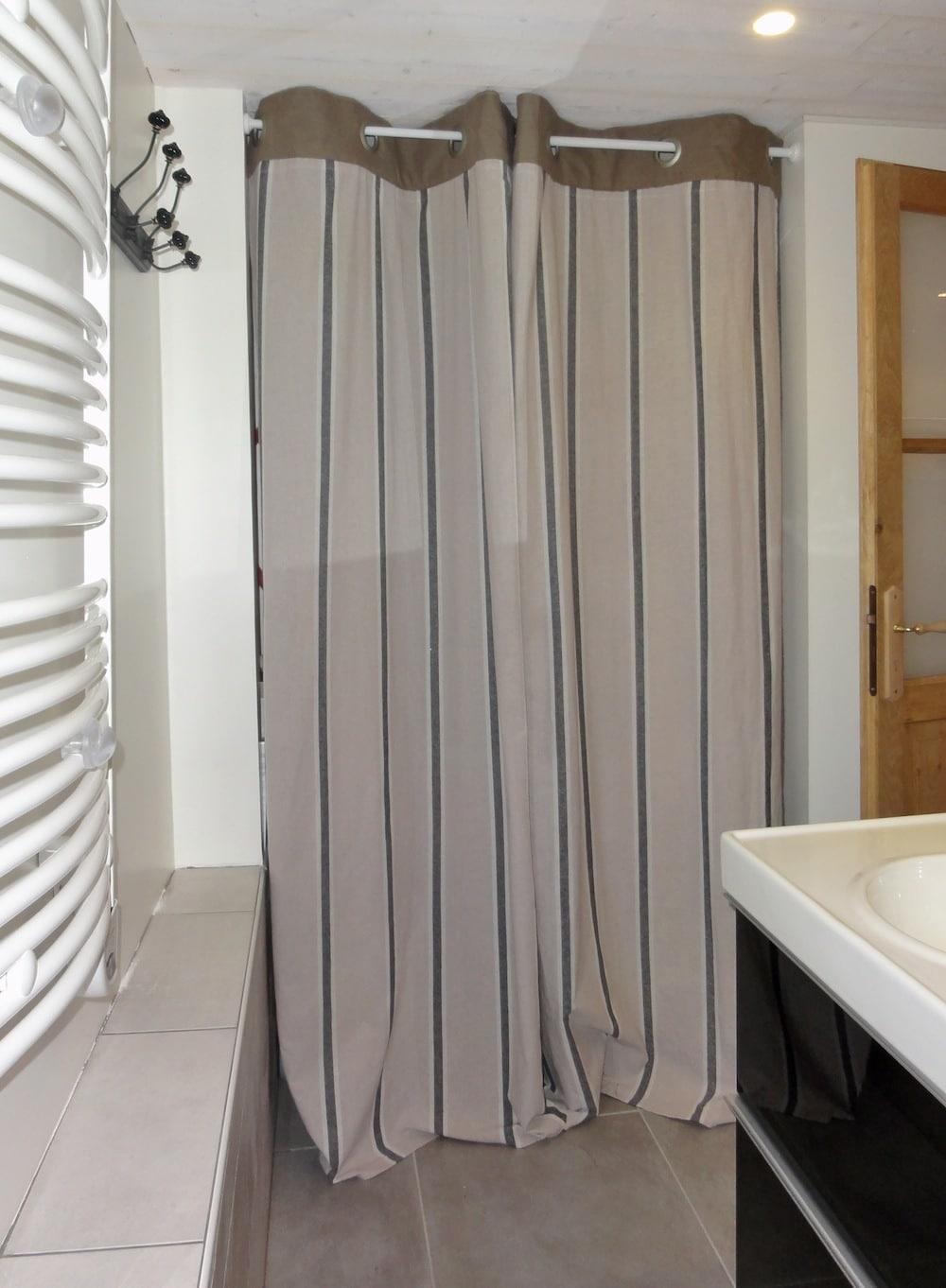Petite salle de bain cosy neve design - Dressing ferme par un rideau ...