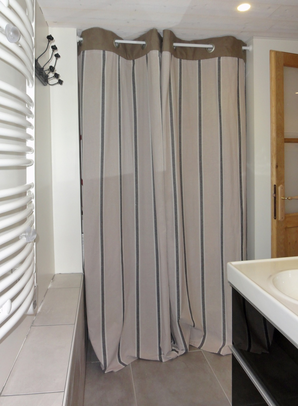 apartment bathroom cosy neve design. Black Bedroom Furniture Sets. Home Design Ideas