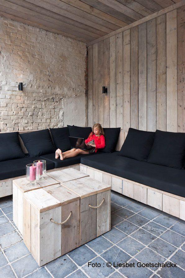 salon extérieur bois et noir