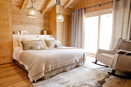 Modern chalet the contemporary tradition cosy neve design for Amenagement interieur chalet