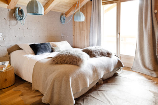 Chalet moderne belliou la tradition contemporaine cosy neve design for Deco chambre a coucher cosy